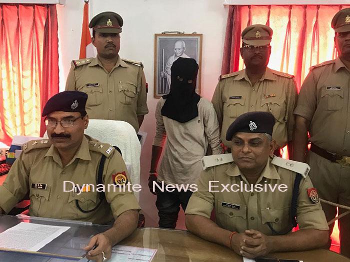 गिरफ्तार आरोपी, पुलिस अधीक्षक व अन्य अधिकारी