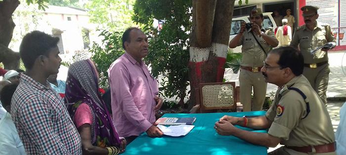 समाधान दिवस पर लोगों की फरियाद सुनते एसपी आरपी सिंह