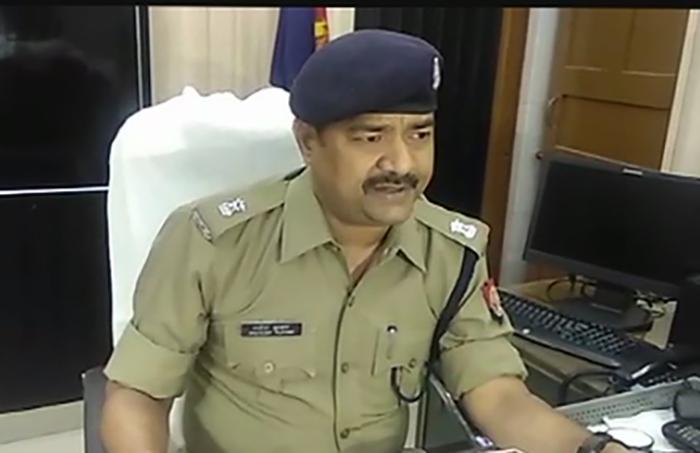 घटना की जानकारी देते पुलिस अधिकारी