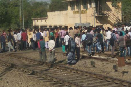 हादसे के बाद हरौनी स्टेशन के बाहर जमा लोग (फाइल फोटो)