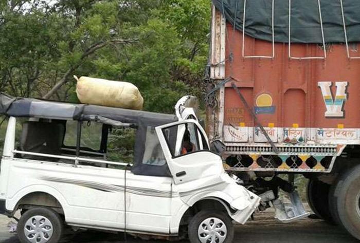 ट्रक में पीछे हादसे का शिकार बनी टाटा मैजिक