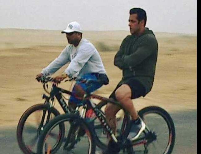 साइकिल चलाते सलमान