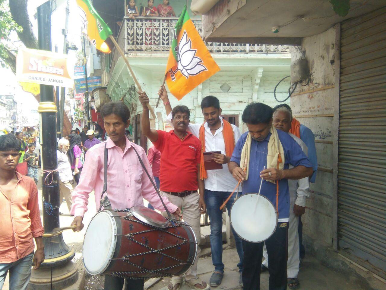 पीएम मोदी के संसदीय क्षेत्र वाराणसी में जश्न मनाते कार्यकर्ता