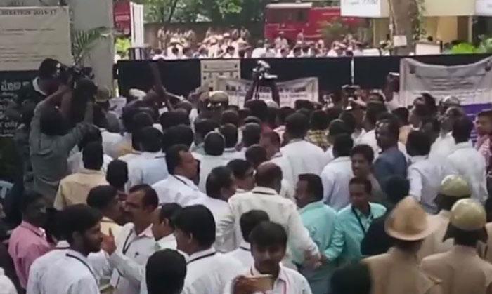 मतगणना स्थल के बाहर उमड़ी भीड़