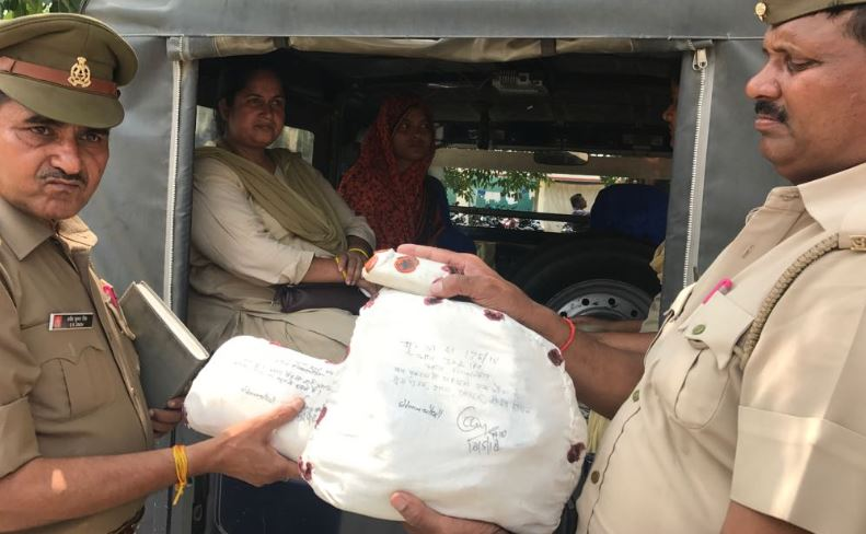 पुलिस के साथ गिरफ्तार मृतक की पत्नी