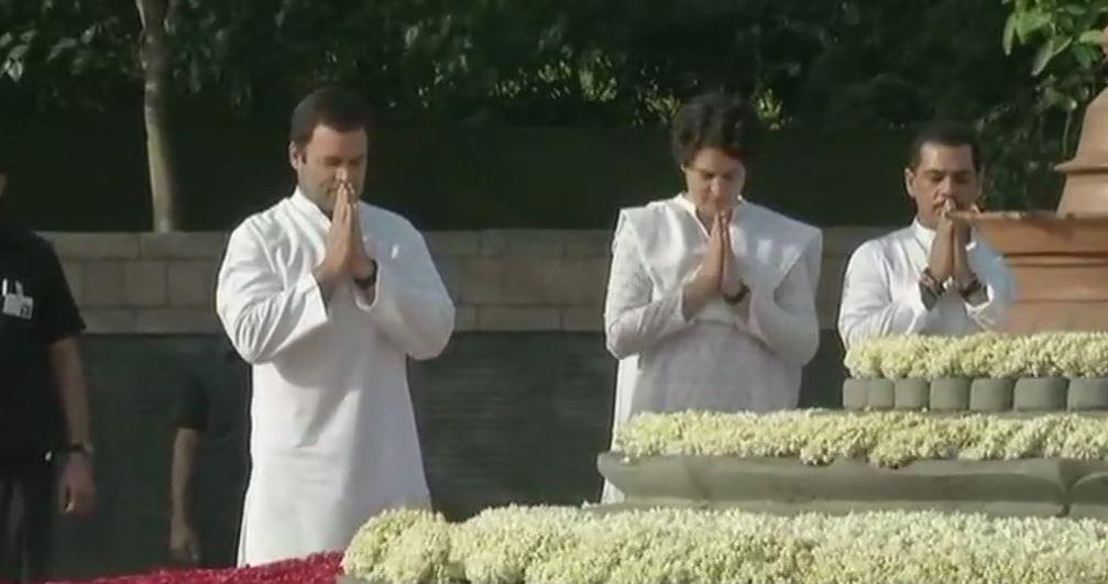 श्रद्धांजलि देते राहुल और प्रियंका