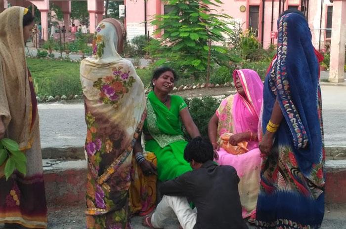 घटना के बाद रोते-बिलखते नाबालिग के परिजन