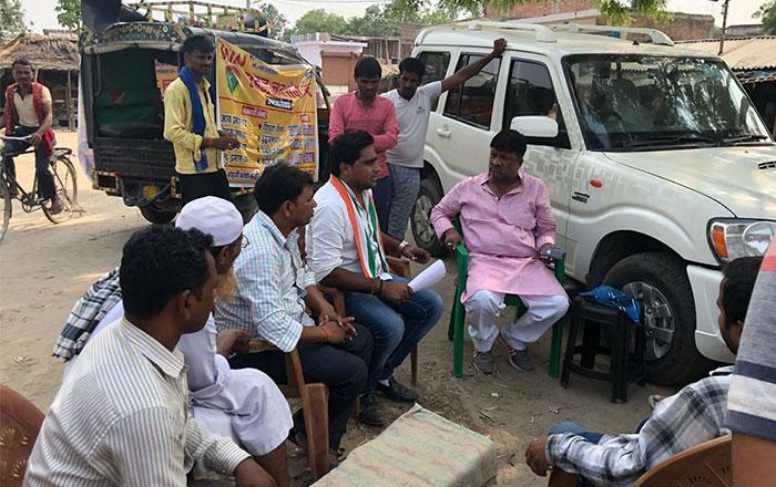 सोहगीबरवा गांव के लोगों से बातचीत करते यूथ कांग्रेस के नेता