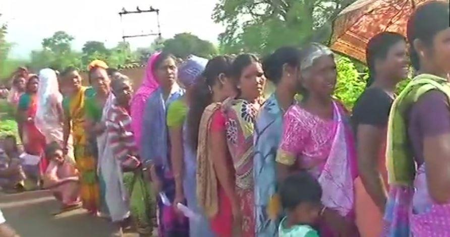 झारखंड में मतदान के लिए लाइन में खड़े वोटर