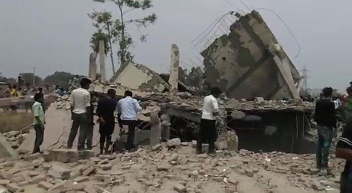विस्फोट से धराशायी मकान
