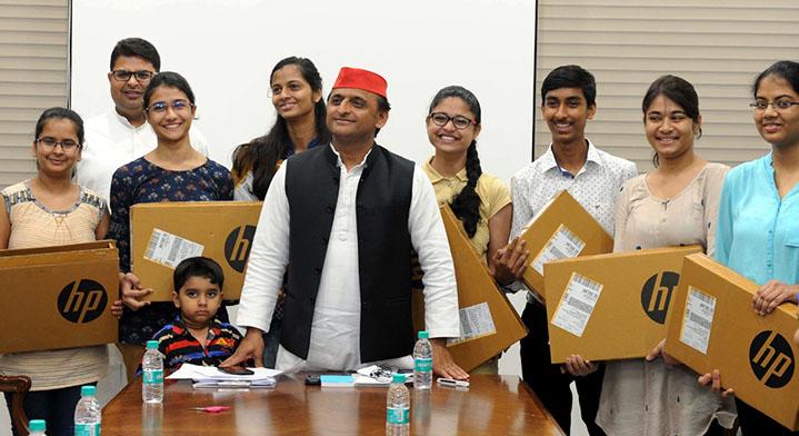छात्र-छात्राओं के साथ अखिलेश यादव