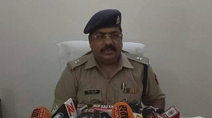 हत्याकांड की जानकारी देते पुलिस अधिकारी