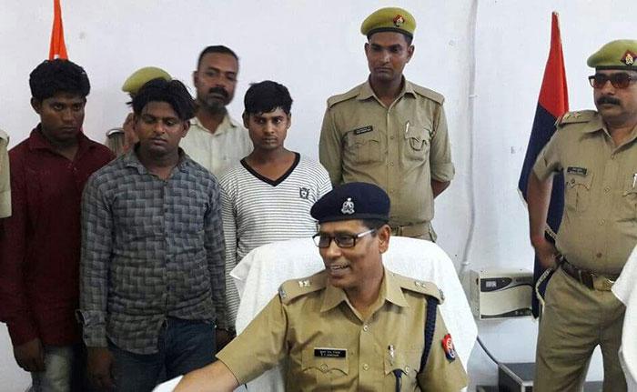 पुलिस की गिरफ्त में जालसाज