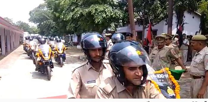 हरी झंडी दिखाते वरिष्ठ पुलिस अधीक्षक