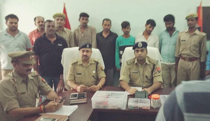 गिरफ्तार चोरों के सामने मामले का खुलास करते पुलिस अधिकारी