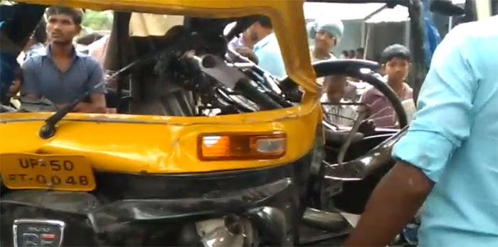 हादसे में क्षतिग्रस्त ऑटो व बाइक