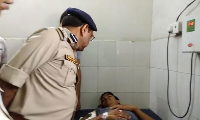 घायल सिपाही का अस्पताल में हाल-चाल जानते DIG विजय भूषण