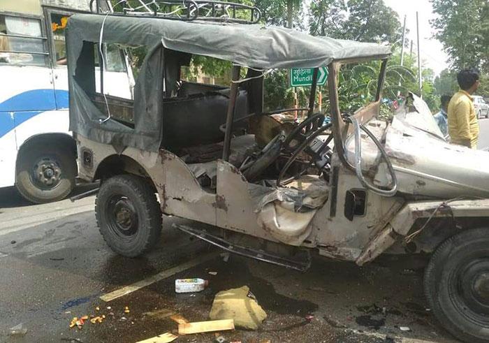 जिले में बुधवार हुए दो हादसे, नौतनवा थाना क्षेत्र में मुंडला गांव के पास जीप दुर्घटना का दृश्य
