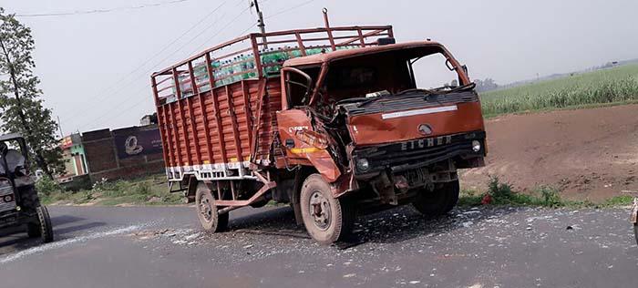 इसी ट्रक से टकराई बस