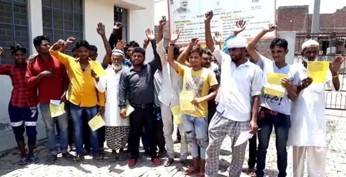 विद्युत विभाग के खिलाफ प्रदर्शन करते लोग
