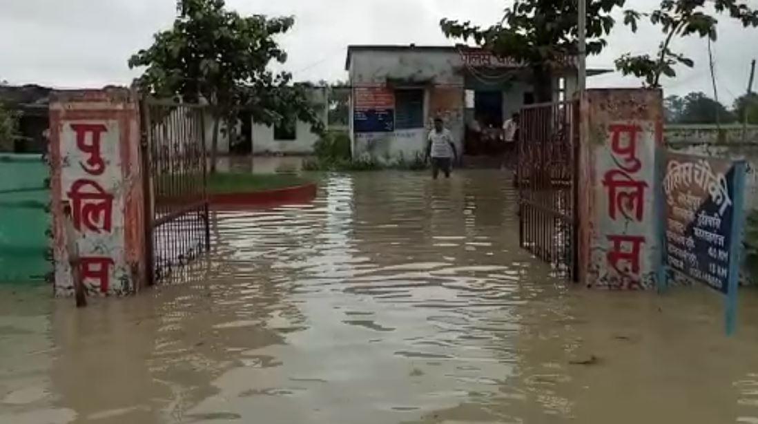 बाढ़ में डूबी लक्ष्मीपुर पुलिस चौकी