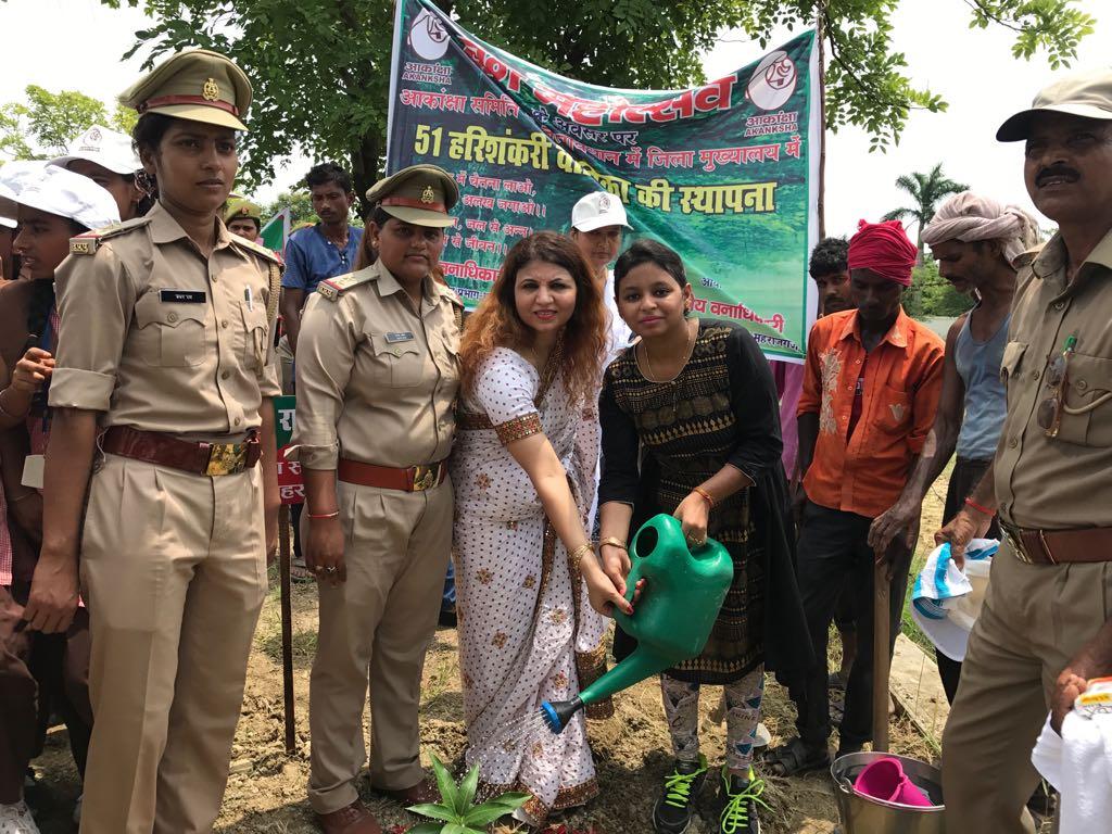 स्कूली बच्चों के साथ पौधे लगातीं आकांक्षा समिति की अध्यक्ष रागिनी उपाध्याय