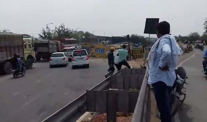 ट्रक ड्राइवर को पीटता कार चालक