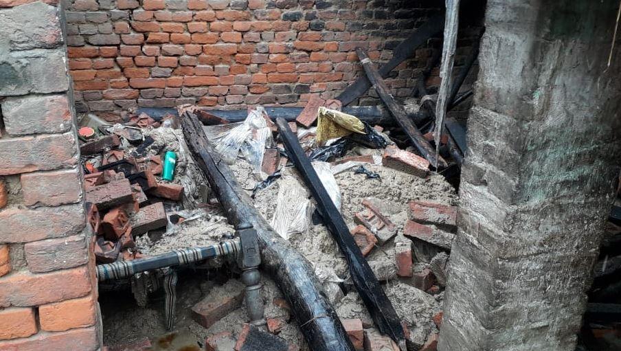 बारिश की वजह से कच्चा मकान गिरा