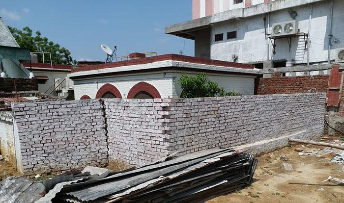 घर के चारों तरफ अवैध तरीके से चलवायी गयी दीवाल