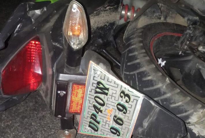 बाइक जिसे अज्ञात वाहन ने मारी टक्कर