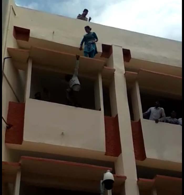 बिल्डिंग से कूदने का प्रयास करती महिला