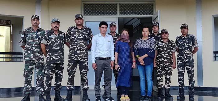 एसएसबी की टीम और गिरफ्तार आरोपी