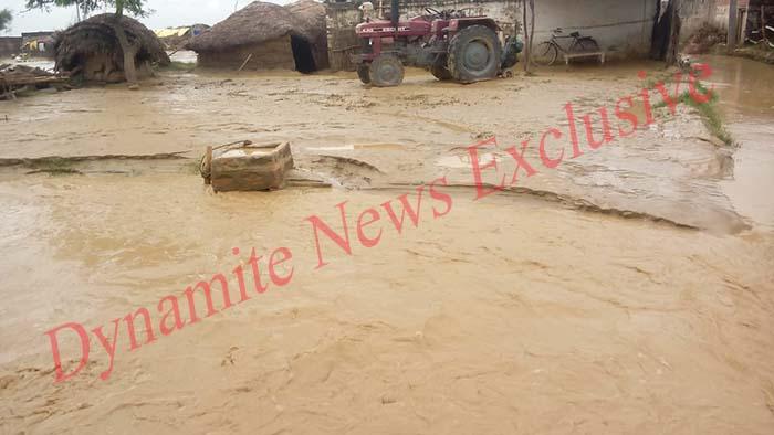 बाढ़ के कहर से घरों में घुसा पानी
