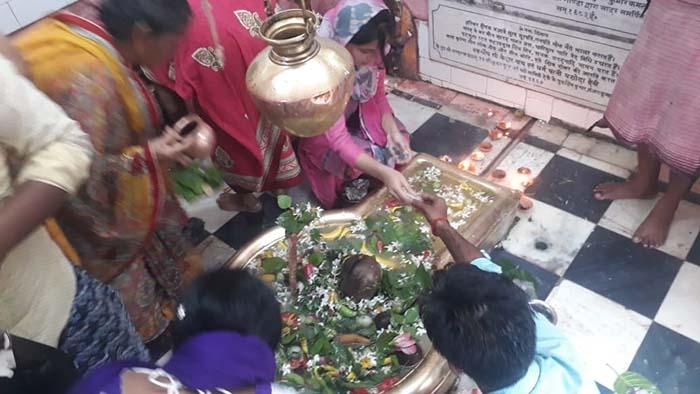 दुःखहरण नाथ मंदिर में शिवभक्तों की भीड़