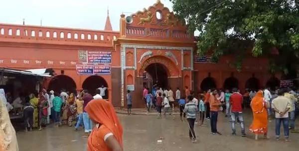 मंदिर के मुख्य द्वार मौजूद भक्त