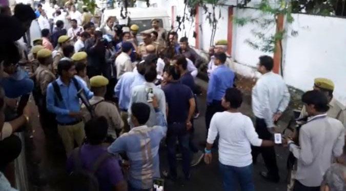 फायरिंग के बाद घटनास्थल पर मौजूद पुलिस और लोग