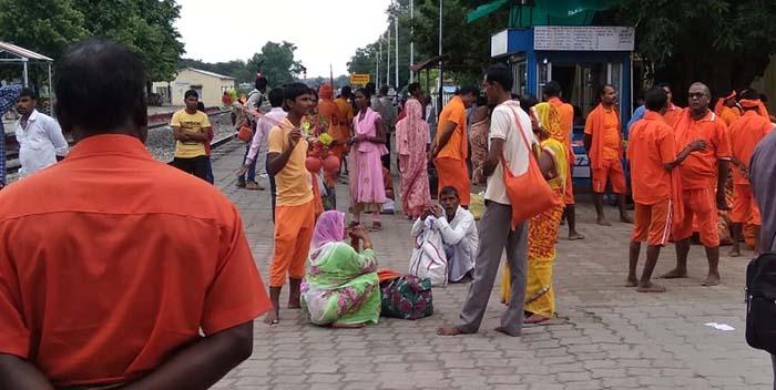 आनंदनगर रेलवे स्टेशन पर मौजूद भोले के भक्त