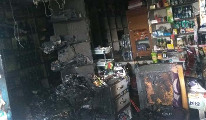 आग लगने से जली दुकान का दृश्य
