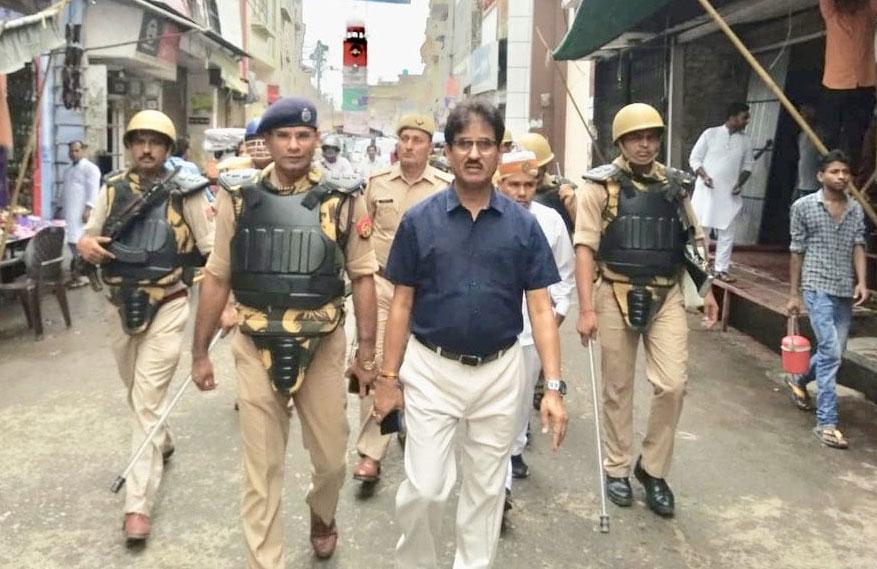 पुलिस कप्तान ने टीम के साथ किया फ्लैग मार्च