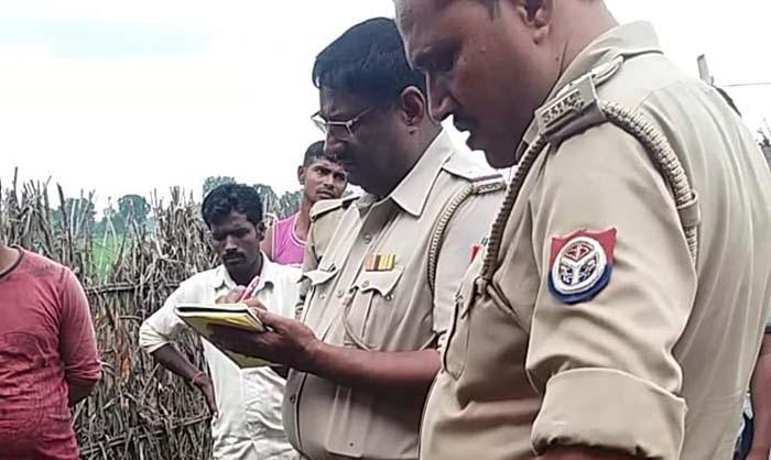 घटना स्थल पर जांच करती पुलिस