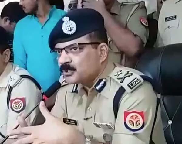 मामले का खुलासा करते पुलिस अधिकारी