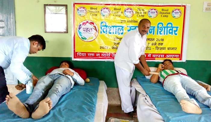 रक्तदान करते हुए लोग