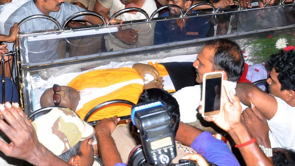 एम करूणानिधि के अंतिम दर्शन को उमड़ी भारी भीड़