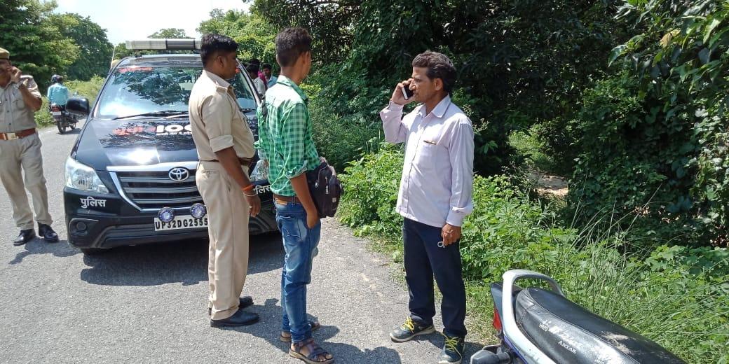घटनास्थल पर लोगों से पूछताछ करती पुलिस