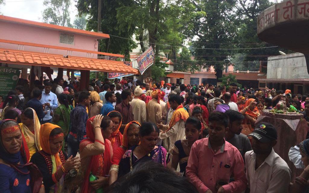 मंदिर में उमड़ी शिव भक्तों की भीड़
