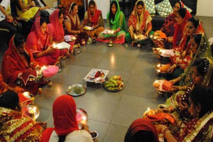 हरियाली तीज पर पूजा करती महिलाएं