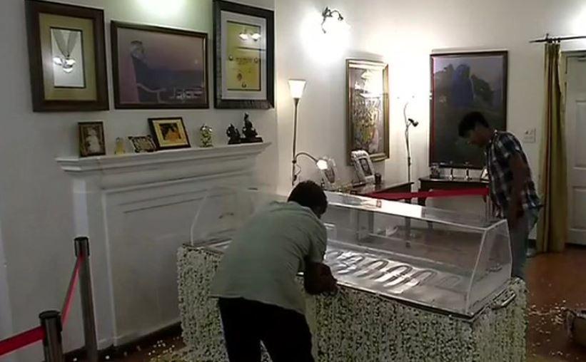 अटल बिहारी वाजपेयी के घर  का दृश्य