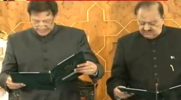 पाकिस्तान के पीएम पद की शपथ लेते इमरान खान