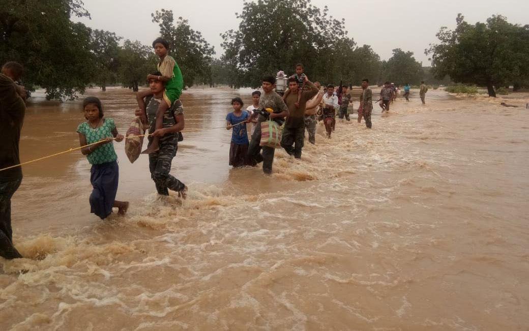 केरल में बाढ़ से जूझते लोग