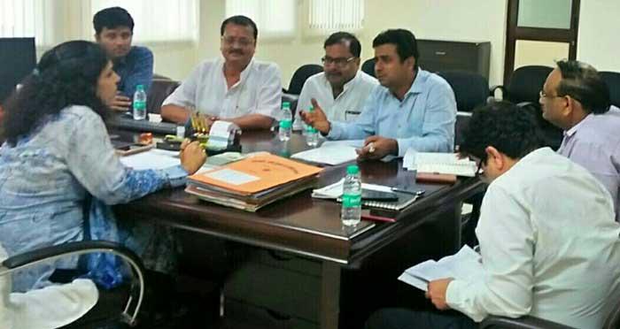 आयुक्त के साथ बैठक में मौजूद दवा व्यापारी